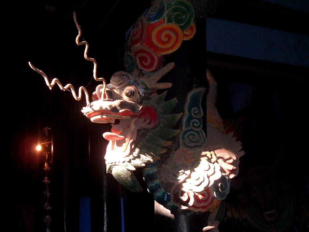 Drachen im Licht - Fengdu, China