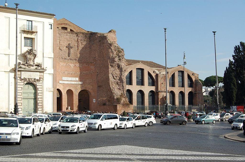 Diokletiansthermen von der Piazza della Republica aus mit der Kirche