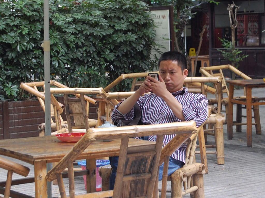 Man kann bei dem Stuhl im Vordergrund gut erkenne, wie biegsam Bambus ist und doch fest und stabil