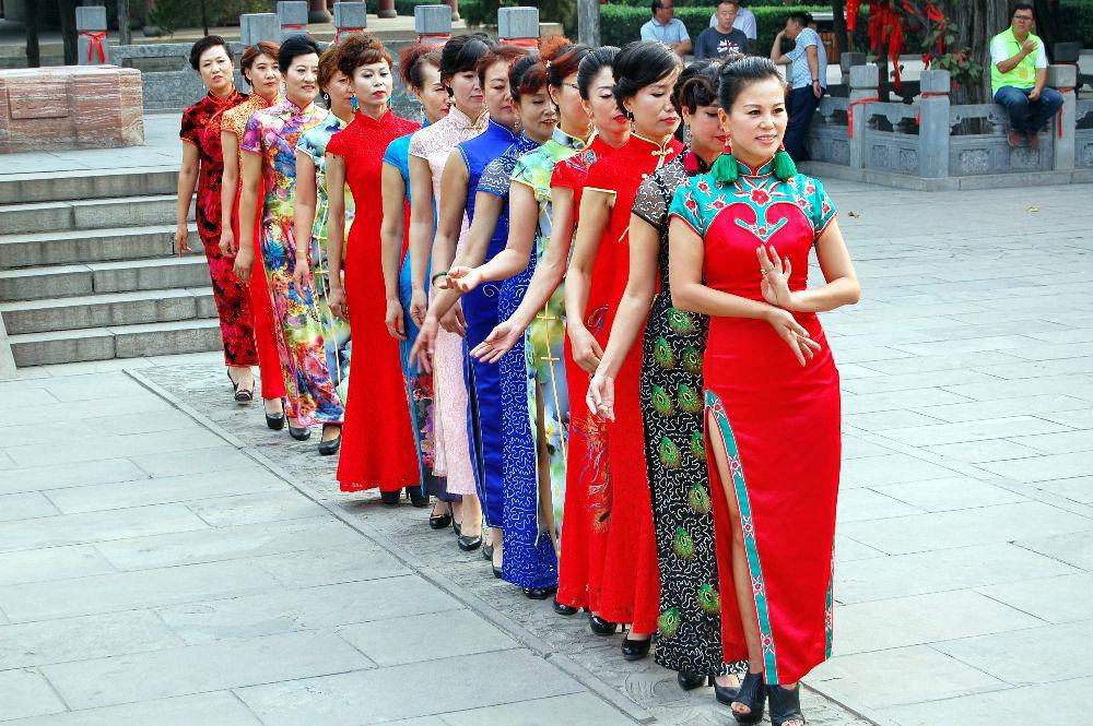 Sehen die Damen nicht wudnerschöna us in ihren traditionellen Kleidern?