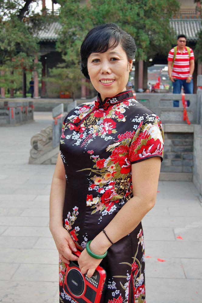 Nun wollte ich gerne ein Foto einer der Damen mit ihren herrlichen Kleidern machen. Dies war anscheinend die Chefin