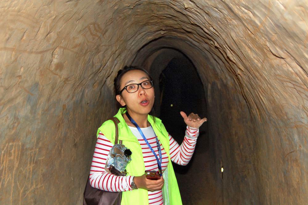Unsere Reiseleiterin erklärt uns den Tunnel