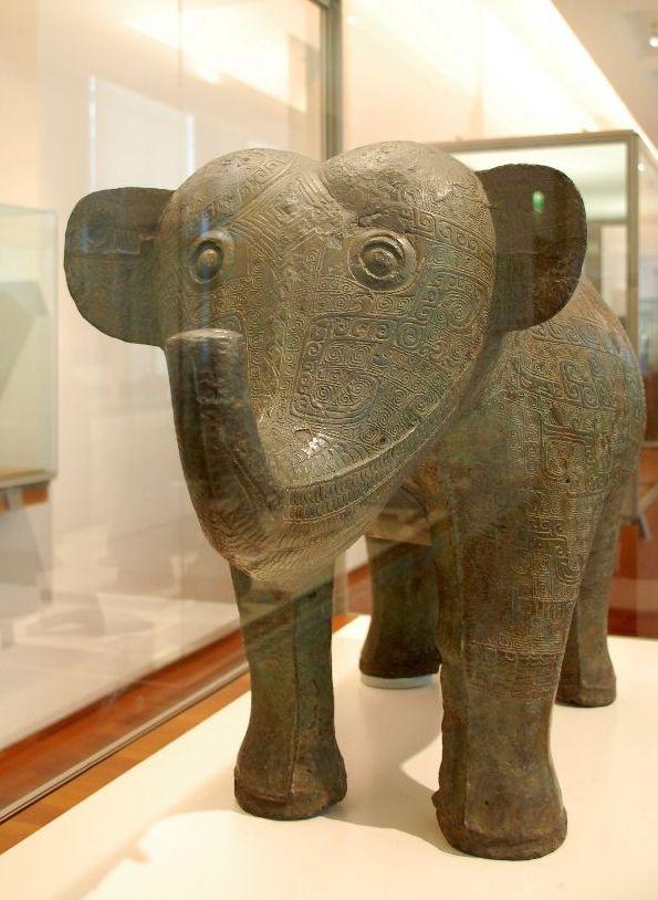 Diese große Bronzeelephant stammt aus der Shangzeit 1.200 bis 1.100 vor Chr.