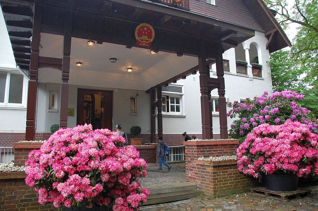 Die alte Villa des Konsulats ist von wunderschönem Rhododendron umgeben.