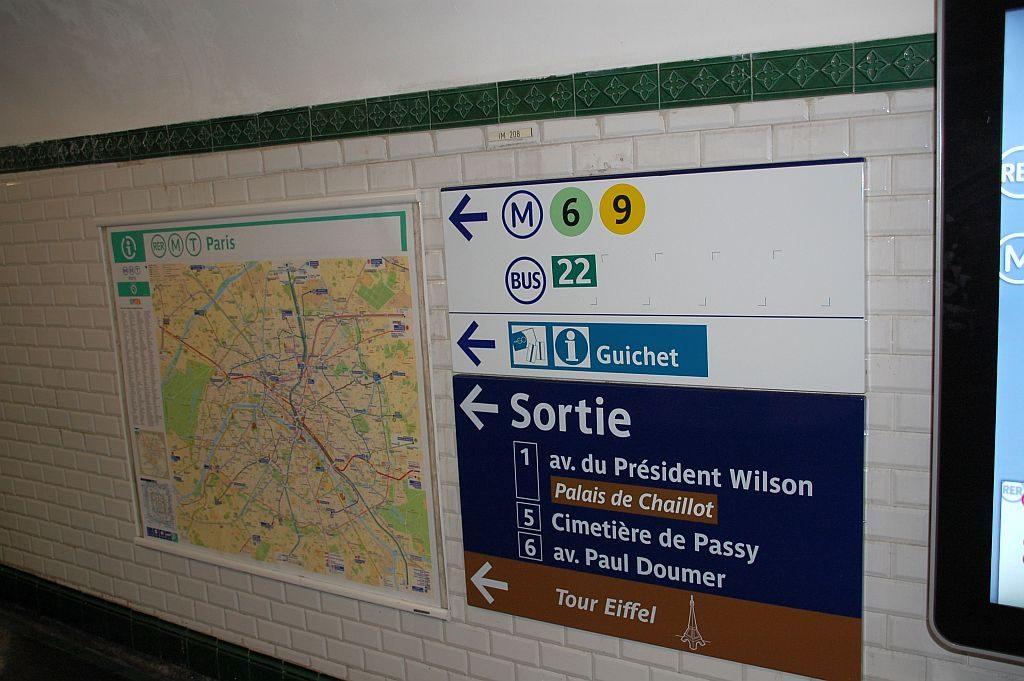 Hinweise in der Metro-Station - aber seht Ihr einen Hinweis auf eine Rolltreppe oder einen Aufzug?