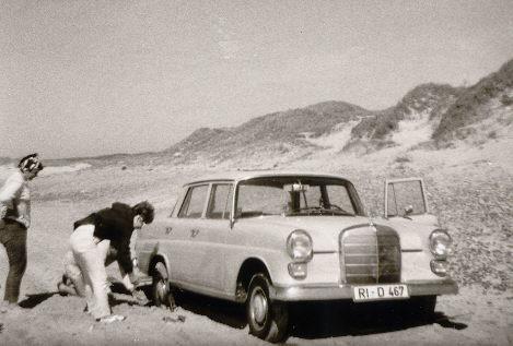 1968 konnte man noch mit dem Auto auf dem Sand fahren. Da bedeutete aber auch oft, dass man sich fest fuhr. Wir hatten bald viel Übung im Ausgraben des Autos