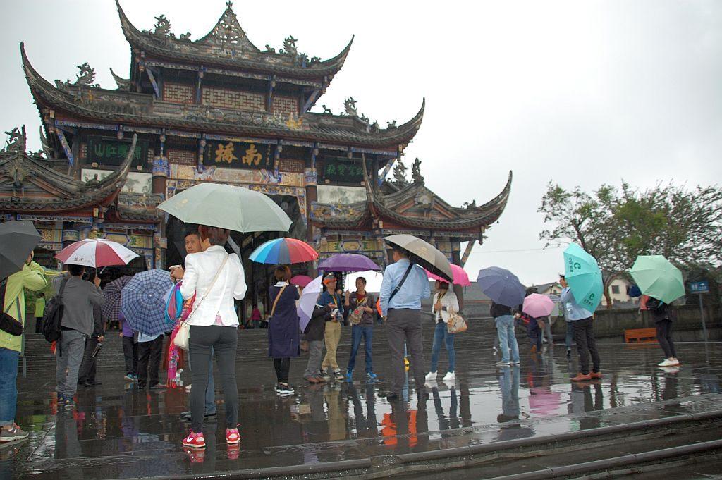 Touristen in Dujiangyan bei Regen