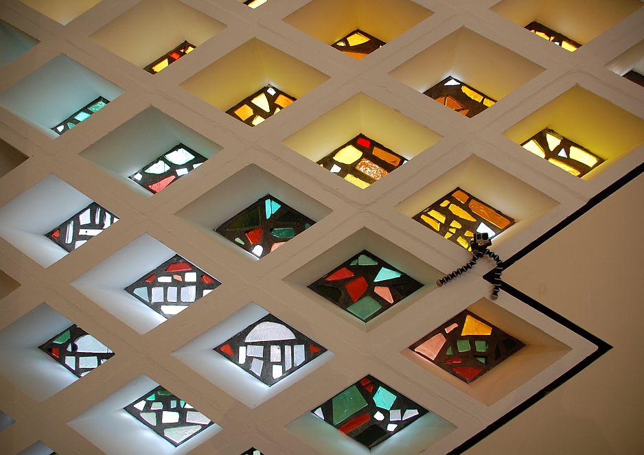 Die bunten Glasmosaiken der ehemaligen Kirche