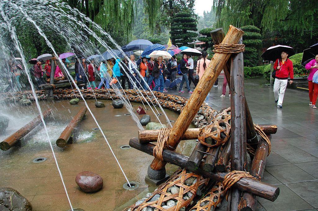 Ein  moderner Brunnen verdeutlicht, wie man in alten Zeiten mit Hilfe von Steinen, Holz und Bambus Dämme befestigt hat