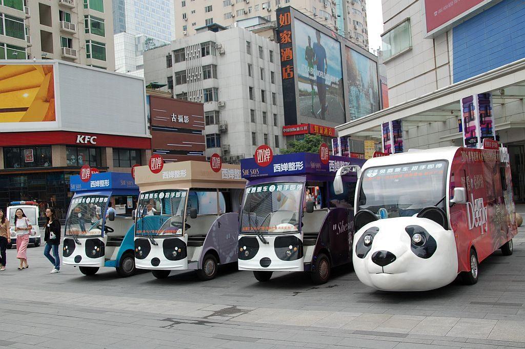 Pandas als Elektrowagen für den öffentlichen Transport von Touristen im Zentrum Chengdus
