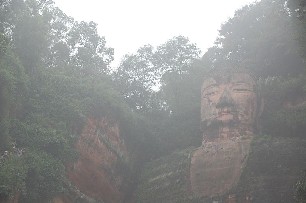 Der Große Buddha von Leshan im Nebeldunst