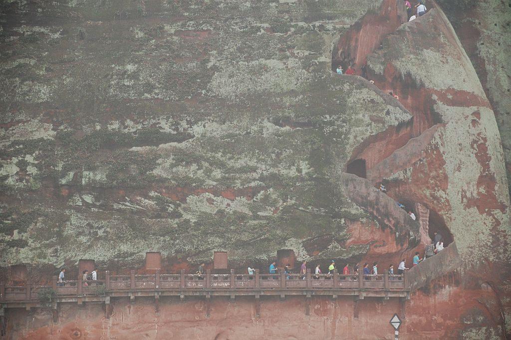 Trotz Nebel und leichtem Regen erklommen viele Touristen die steilen Treppen