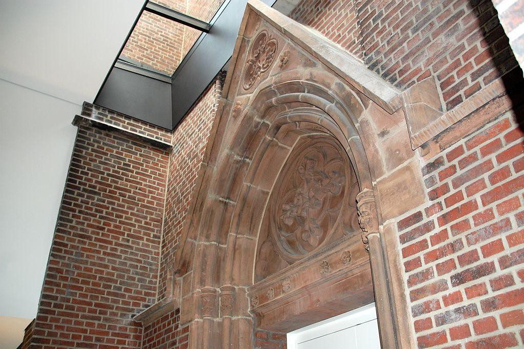 Bewusst erhalten: alter Kirchentorbogen modern geschützt