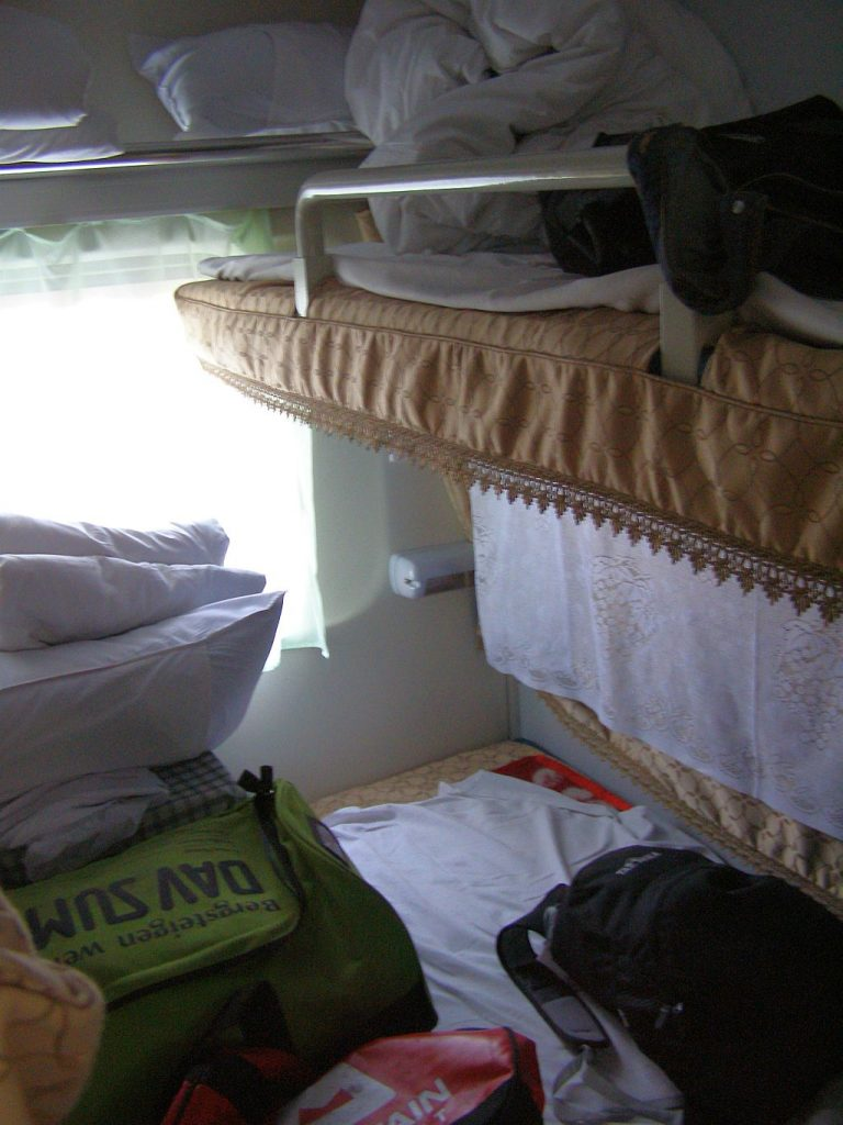 Vierbett-Abeit im Zug Turfan Kucha voller Gepäck