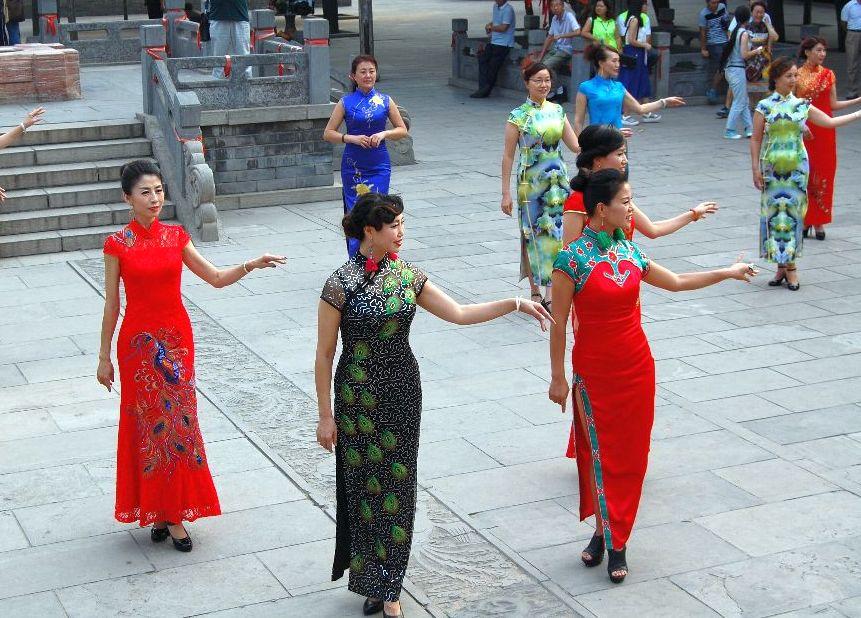 Graziös: Frauen im Qipao