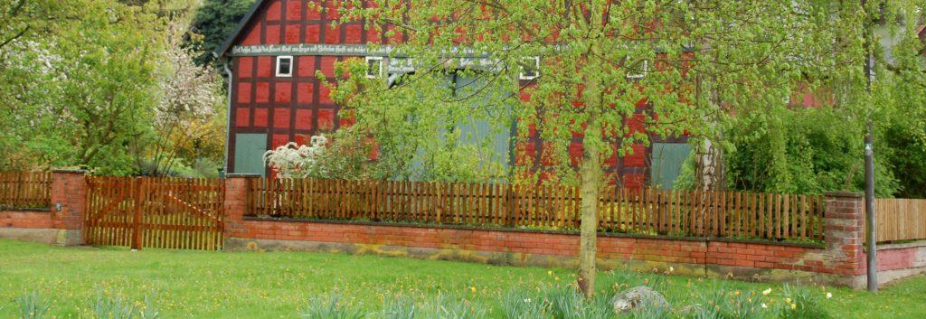 Satemin - Haus mit Gartenzaun